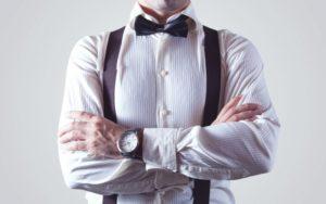 Foto van man met overhemd en bretels