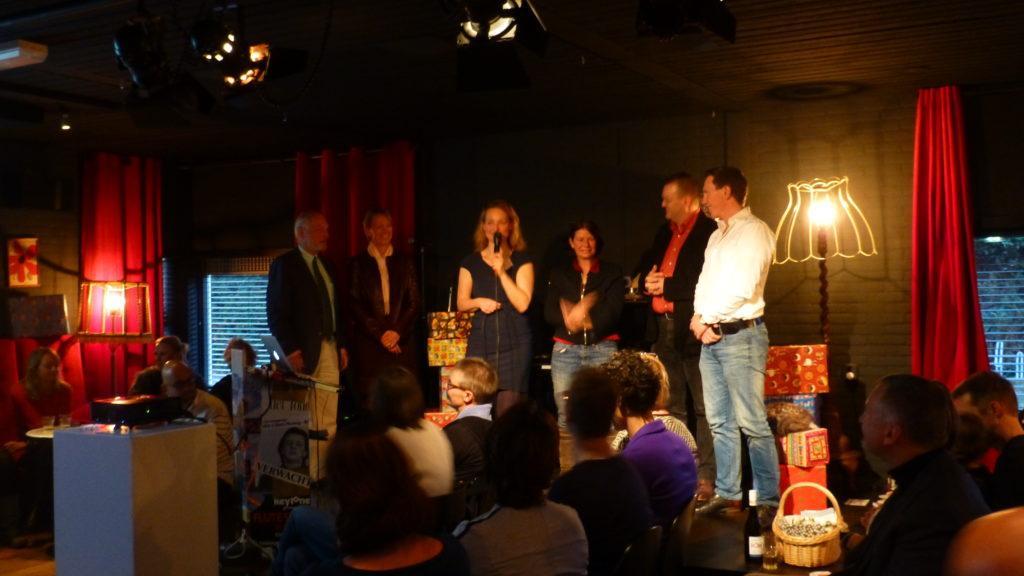 Foto van meelezers op het podium bij boeklancering van Het zakelijke hart