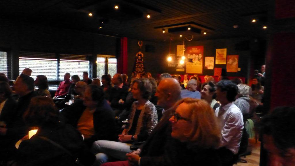 Een gevulde zaal in Theater de Speeldoos voor de boeklancering van Het zakelijke hart