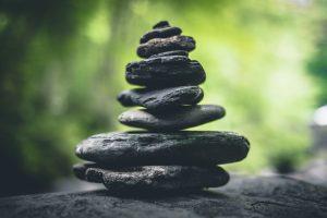 Foto van gestapelde stenen als symbool voor ondernemen vanuit je eigen waarden