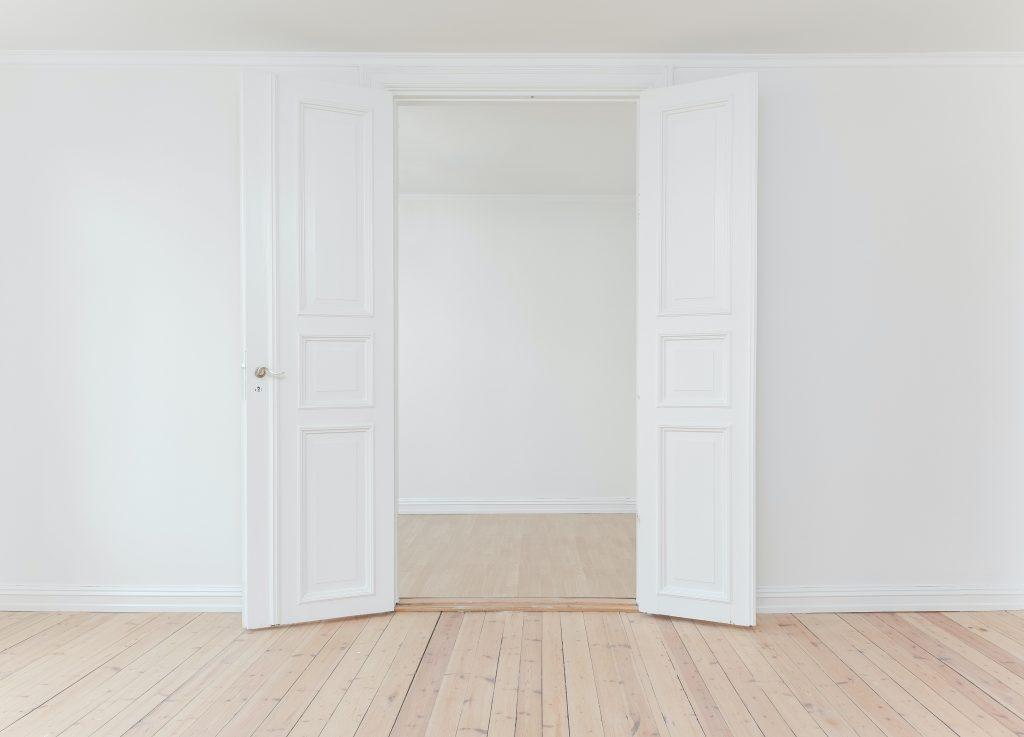 Foto van witte kamer met open deuren als symbool voor stilte