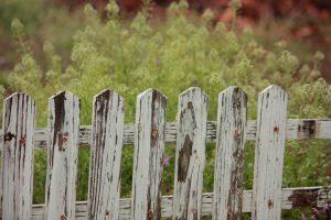 Houten hek met zeven spijlen