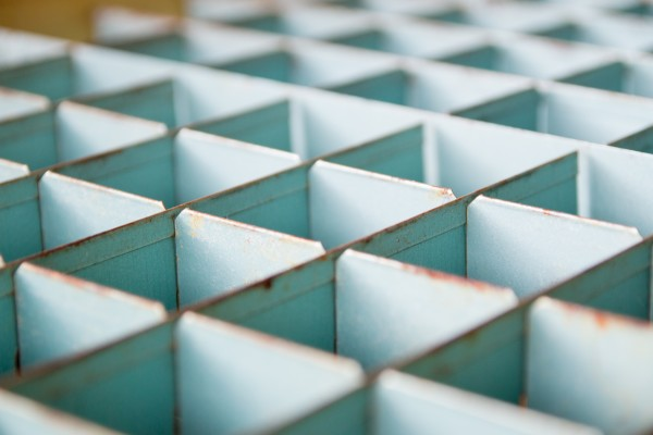 foto van metalen vierkante vakken als symbool voor kunstmatige schaartste