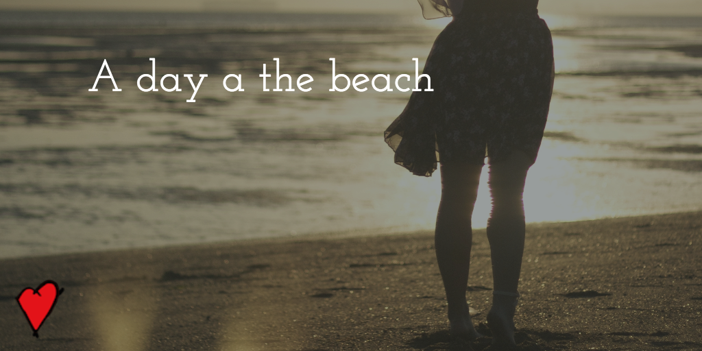 Foto van een dame die op het strand staat