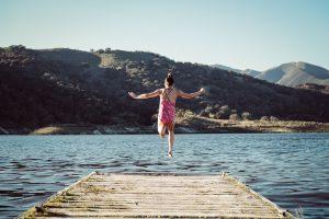 Foto van meisje dat in het water springt