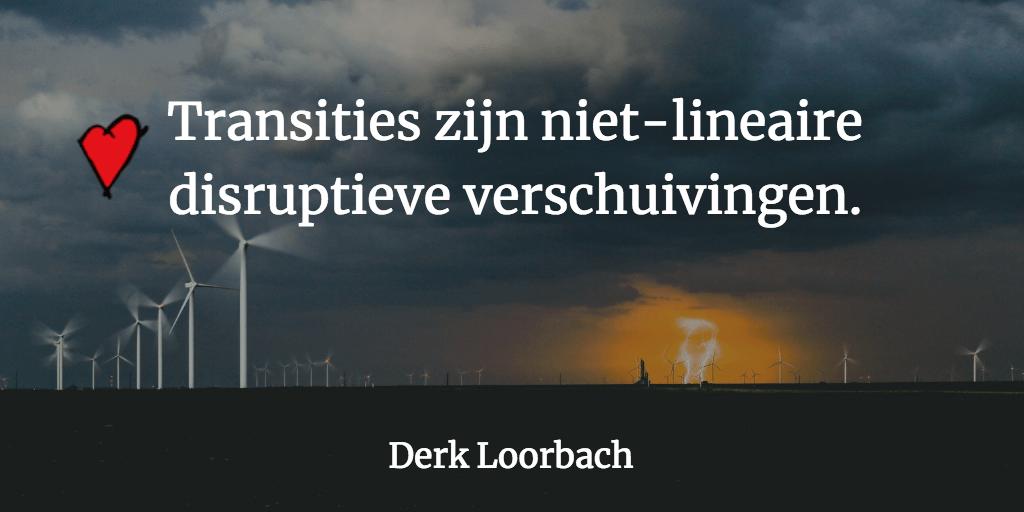 Foto bliksem en windmolens met uitspraak Transities zijn disruptieve verschuivingen.
