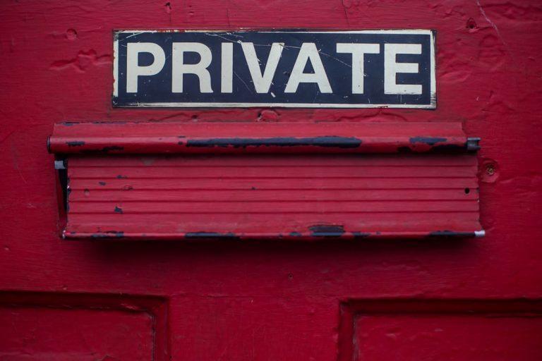 Foto met tekst Private van fotograaf DayneTopkin via Unsplash