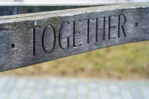 Houten bord met tekst Together bij blog over samenwerken